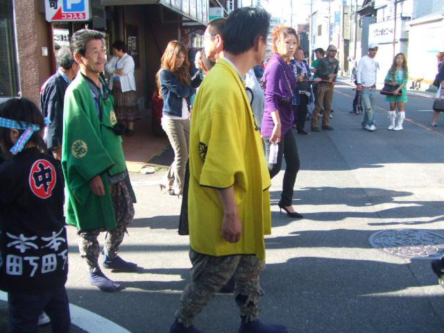 からしに緑 色とりどりの衣装
