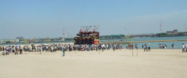 あんな砂の上に山車と人の群れが!?