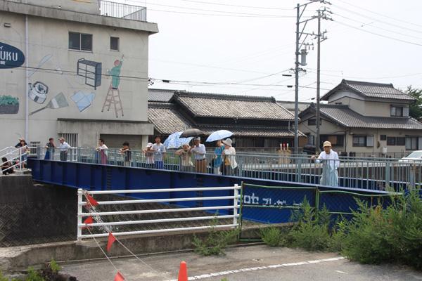 仮設の橋に見物人たちも集まってきました。