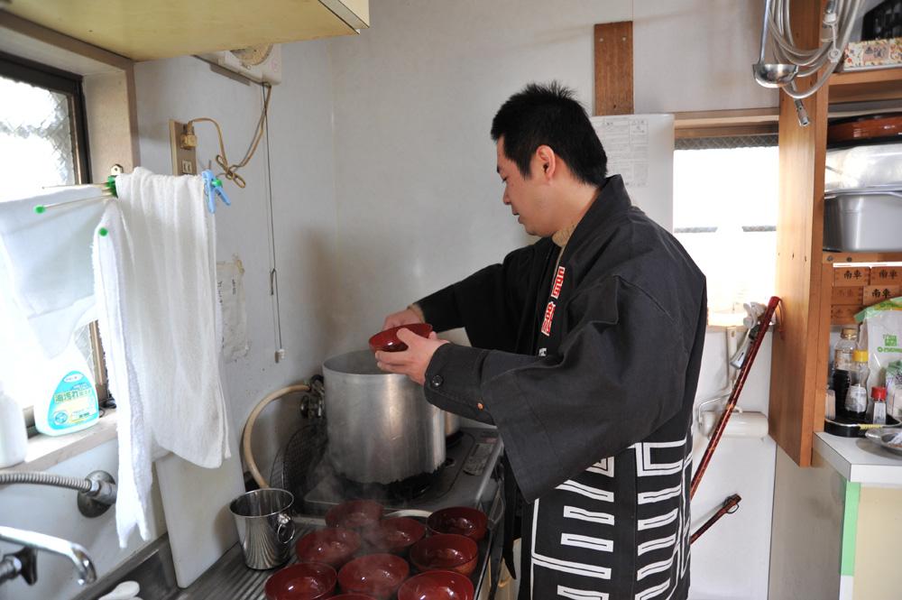 AM11:53 今年理事をしているひとつ上の先輩がお昼ご飯を準備してくれています。
