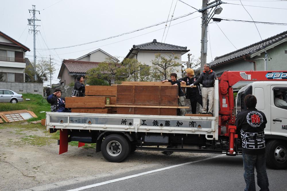 要らなくなった部品を入れていた箱をトラックに積み、近くの倉庫をお借りして保管します。