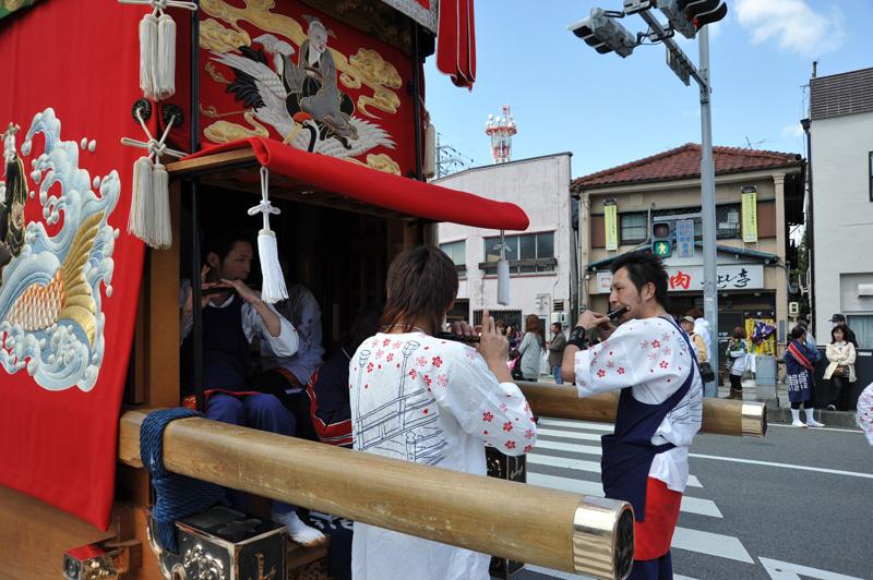 東組の囃子方はとっても若い!美しく、力強い笛の音に聞き惚れます。