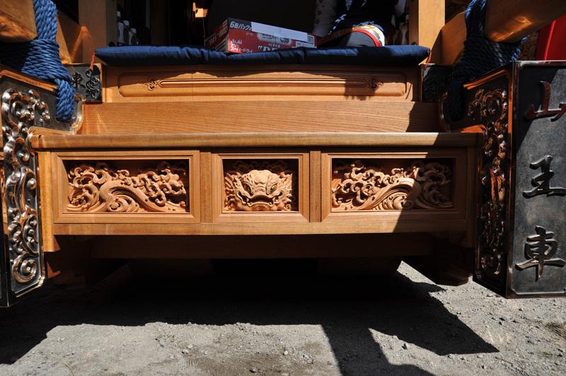 東組の下駄箱彫刻が新しくなりました。有馬さんという彫刻師の作品だそうです。真ん中は鯱の正面。