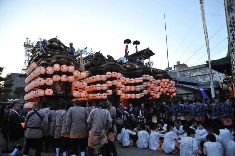 辺りが暗くなってきました。業葉神社に提灯が浮かび上がりました。