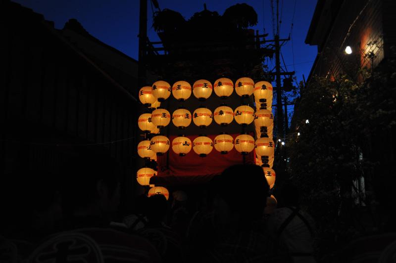 山ノ神社への参道です。追いかけて、なんとか山王車の後ろに。なんとも美しい空の色…