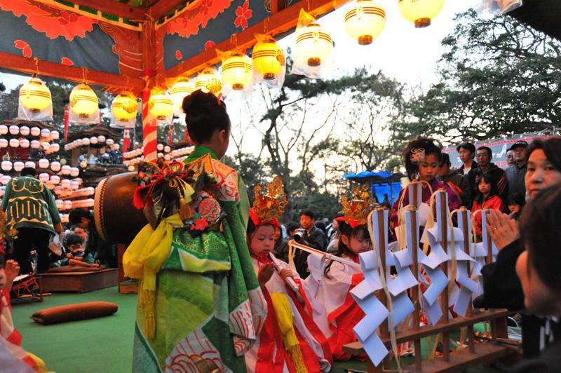 成岩三区の巫女舞 3 ひとつ舞が終わるとお師匠さん(前年の巫女をやった子)が世話をします。