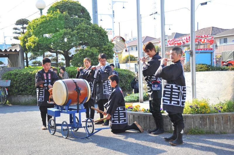 今年は成岩三区の当番年です。選ばれし神楽部隊で(?)役員と巫女ちゃんを神戸公民館から成岩神社まで送ります。