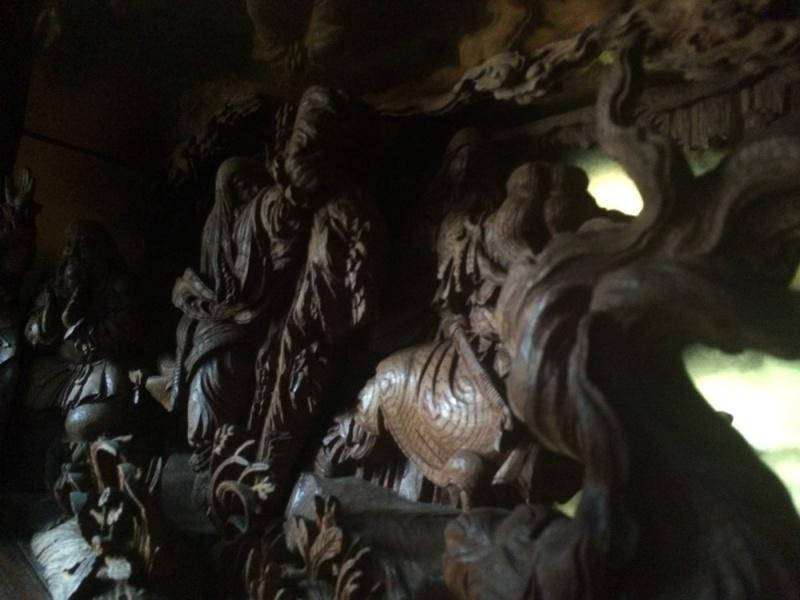 壇箱「天岩戸」は初代彫常の作品です。 何体もの彫刻を組み合わせてひとつの壇箱が作られています。 前から見ると、あめのうずめのみことが真正面にいるので、彼女がメインになってしまいますが、その後ろにはまだまだたくさんの神々がおわします。 そして、主人公の天照大神は、当たり前ですが一番奥の岩に隠れたところにおります。 その姿を拝むことができるのは、こういったタイミングしかないでしょうねー