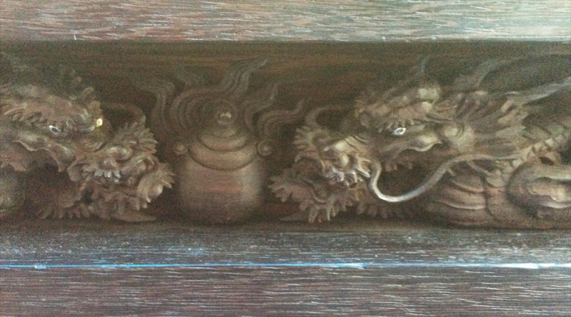 壇箱上に宝珠と両脇に龍がいました。 龍の目には、金属が埋め込まれていました。 ただし、両方とも片目だけです。