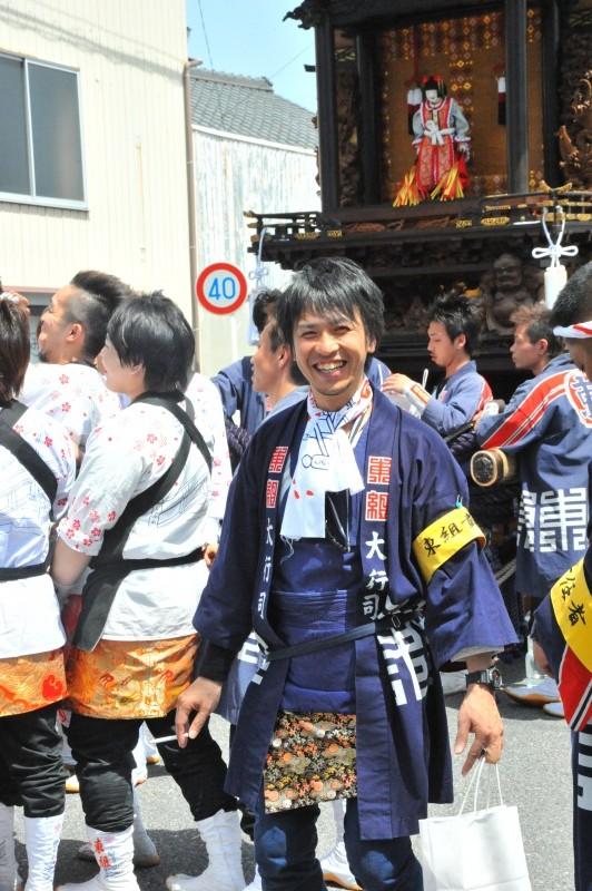 笑顔でカメラを見つめる 東組大行司A