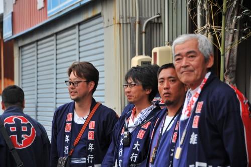東組若家前でご挨拶のため並ぶ行司衆を撮ろうとしたら…