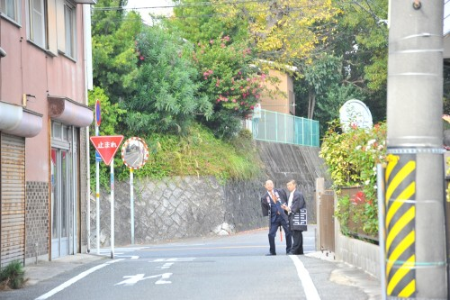 駐車場と交通整理 この二人は同級生…www